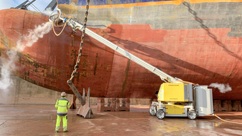 Removal of old paint layers from ship walls
